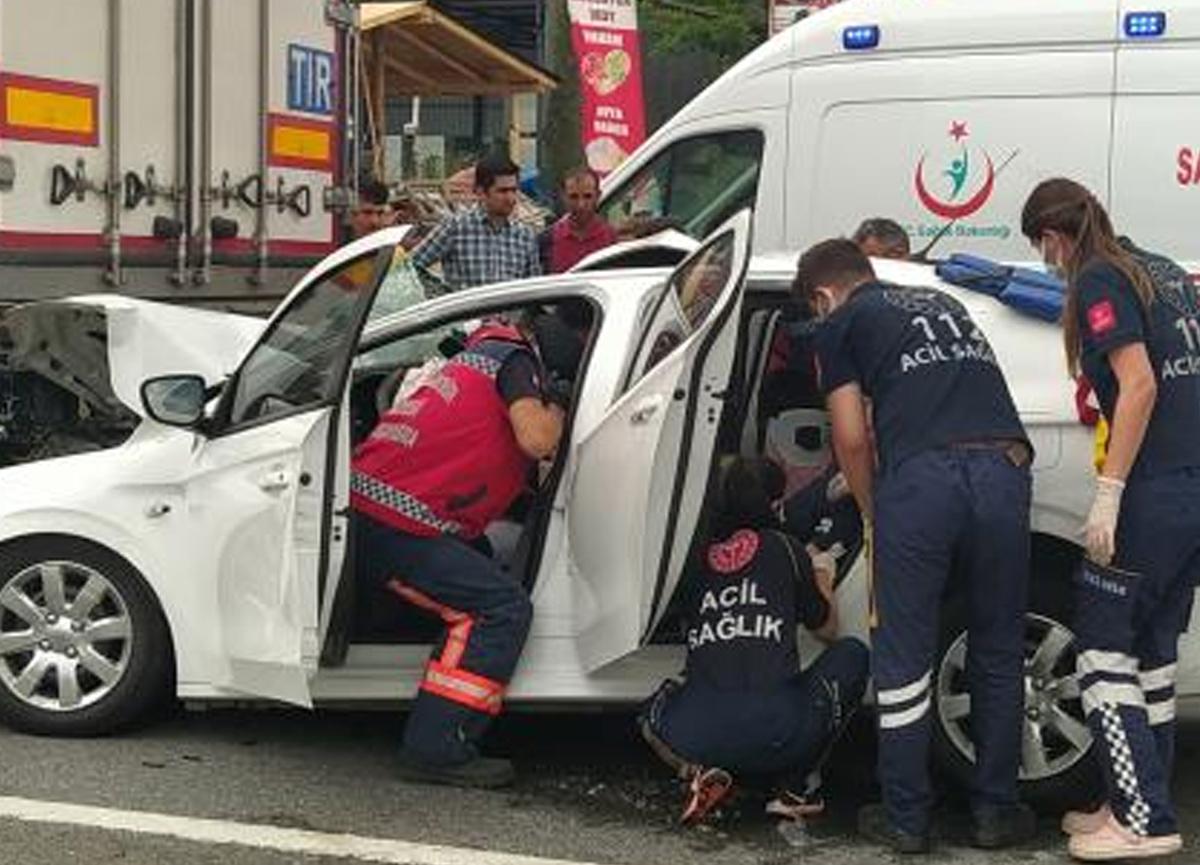 Araba TIR'a ok gibi saplandı, 3'ü çocuk 5 kişi yaralandı