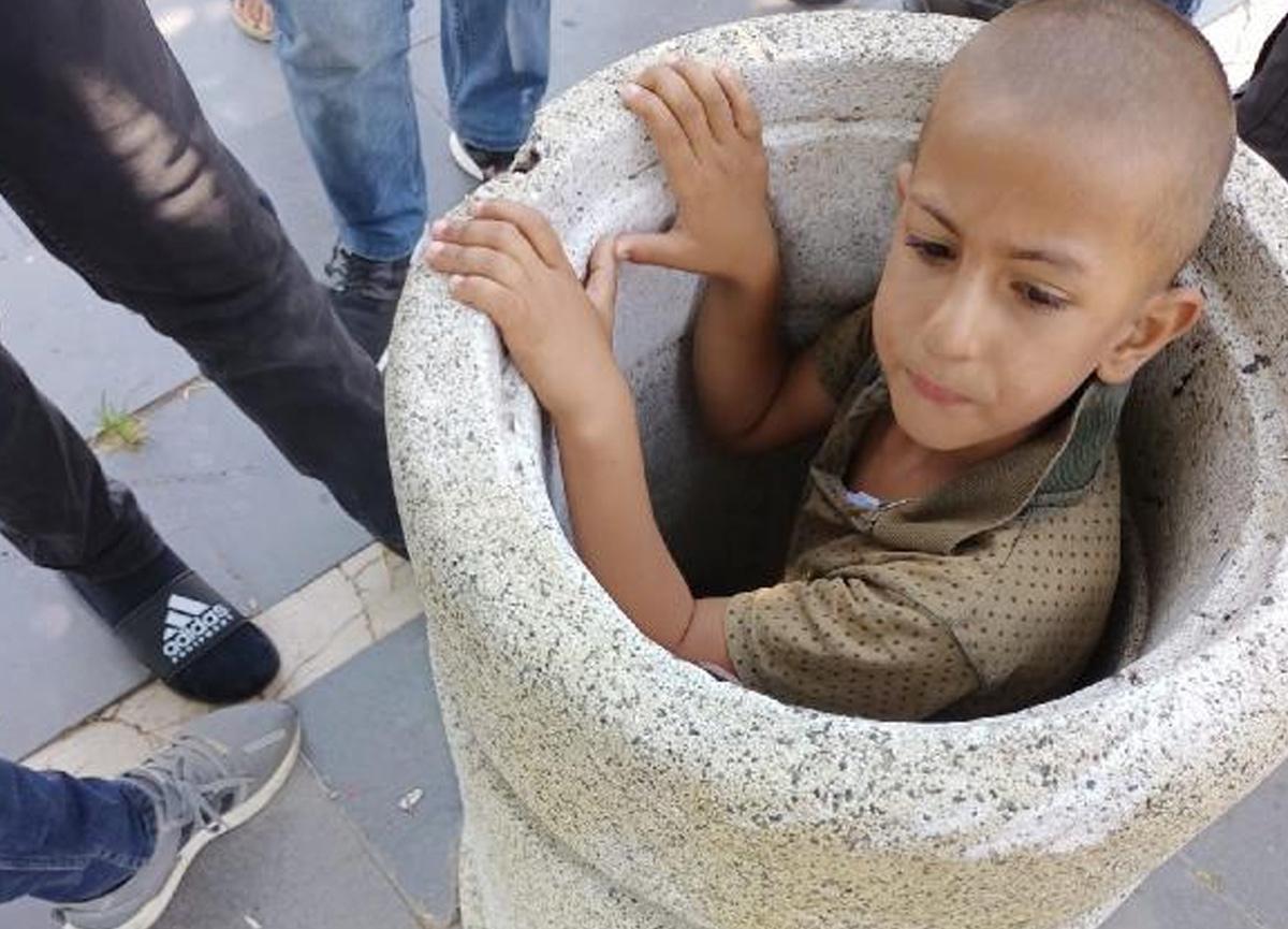 Beton çöp kutusuna sıkışan çocuğu itfaiye 1 saatte kurtadı