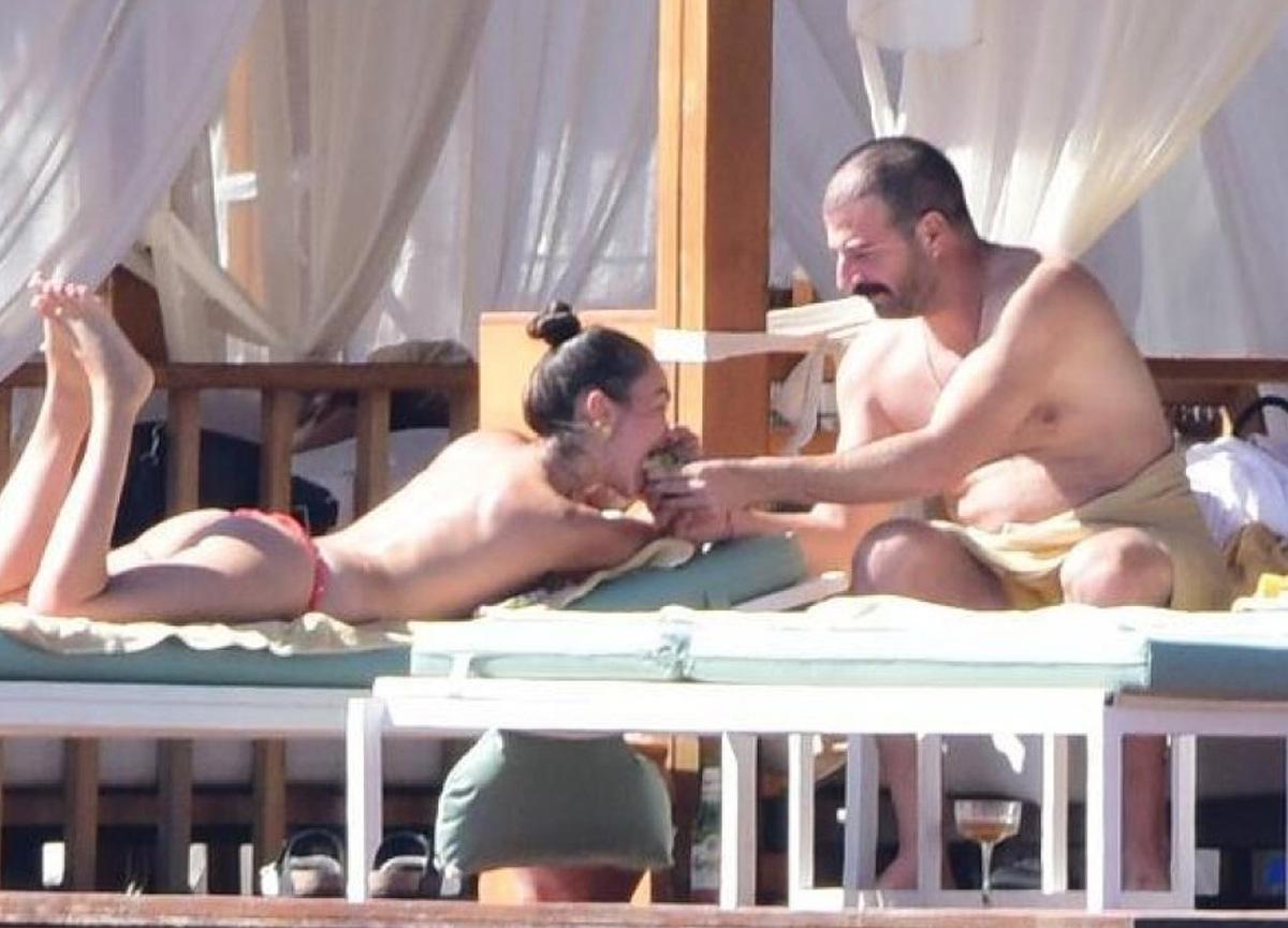 Hande Soral, eşi ve kardeşiyle tatilde