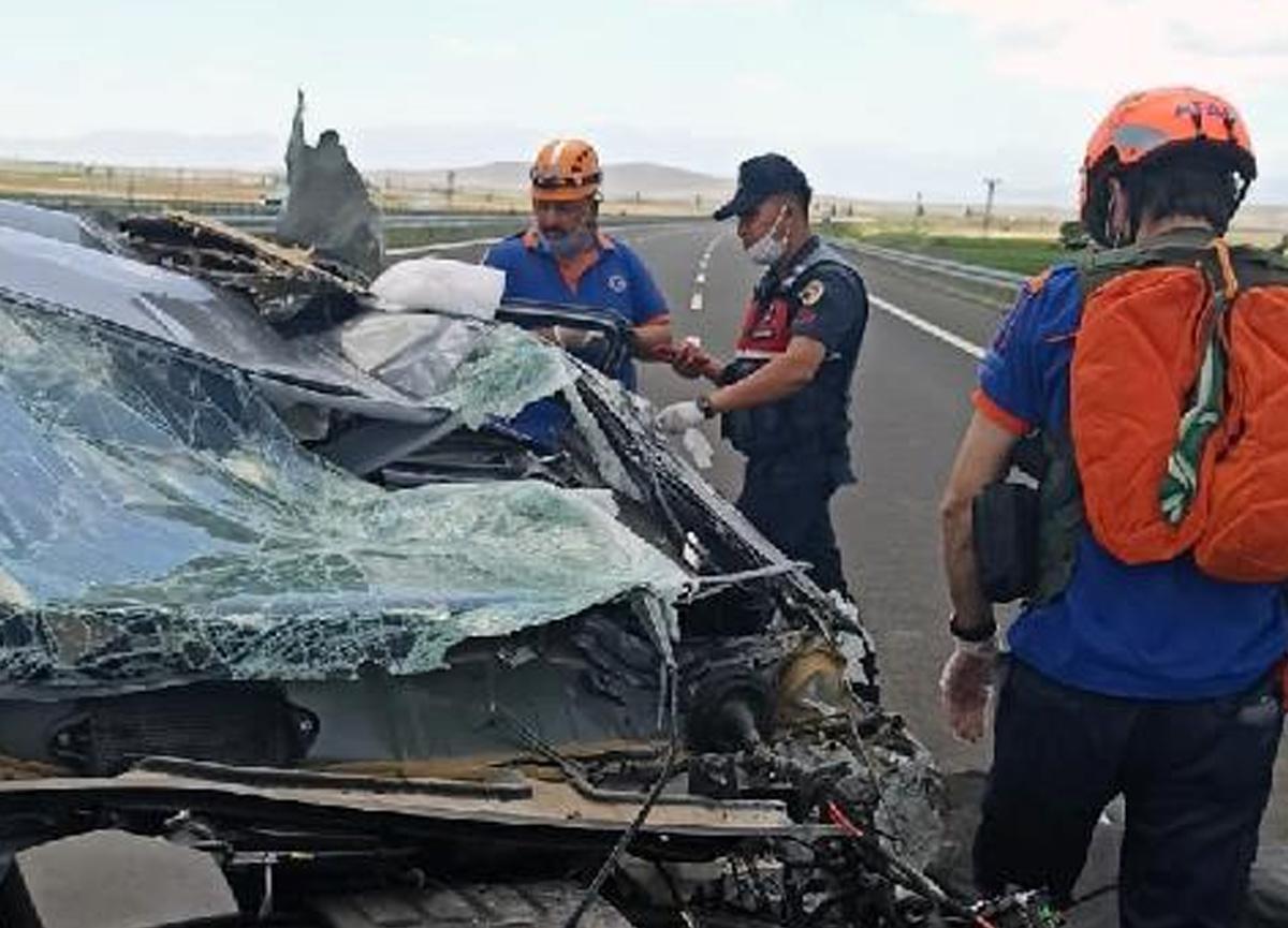 Bariyerlere çarpan arabadaki karı- kocayı ölüm ayırdı