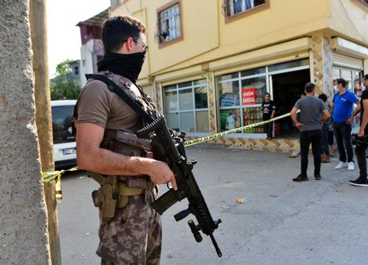 Adana'da sokak ortasındaki çatışmayı izleyen genç göğsünden vuruldu