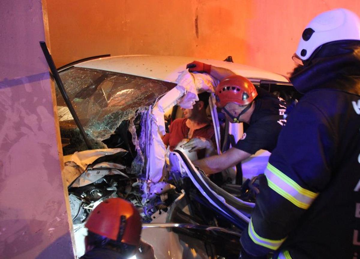 TEM'de kaza yapan otomobil telefon kulübesine daldı! 3 kişi yaralandı