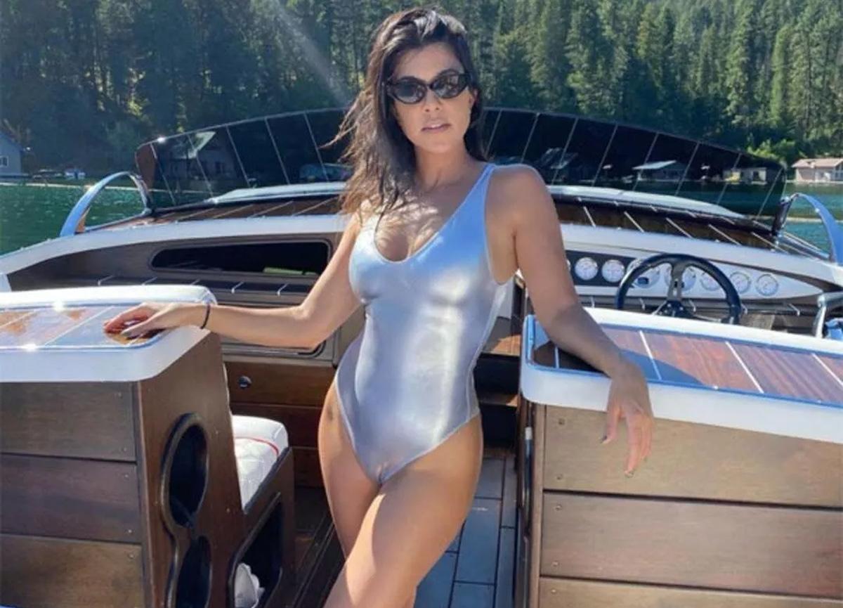Kourtney Kardashian iç çamaşırsız pozuyla sosyal medyayı adeta salladı!