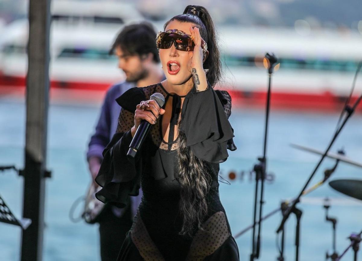Ünlü şarkıcı Hande Yener'den itiraf: Meme kanserini atlattım!