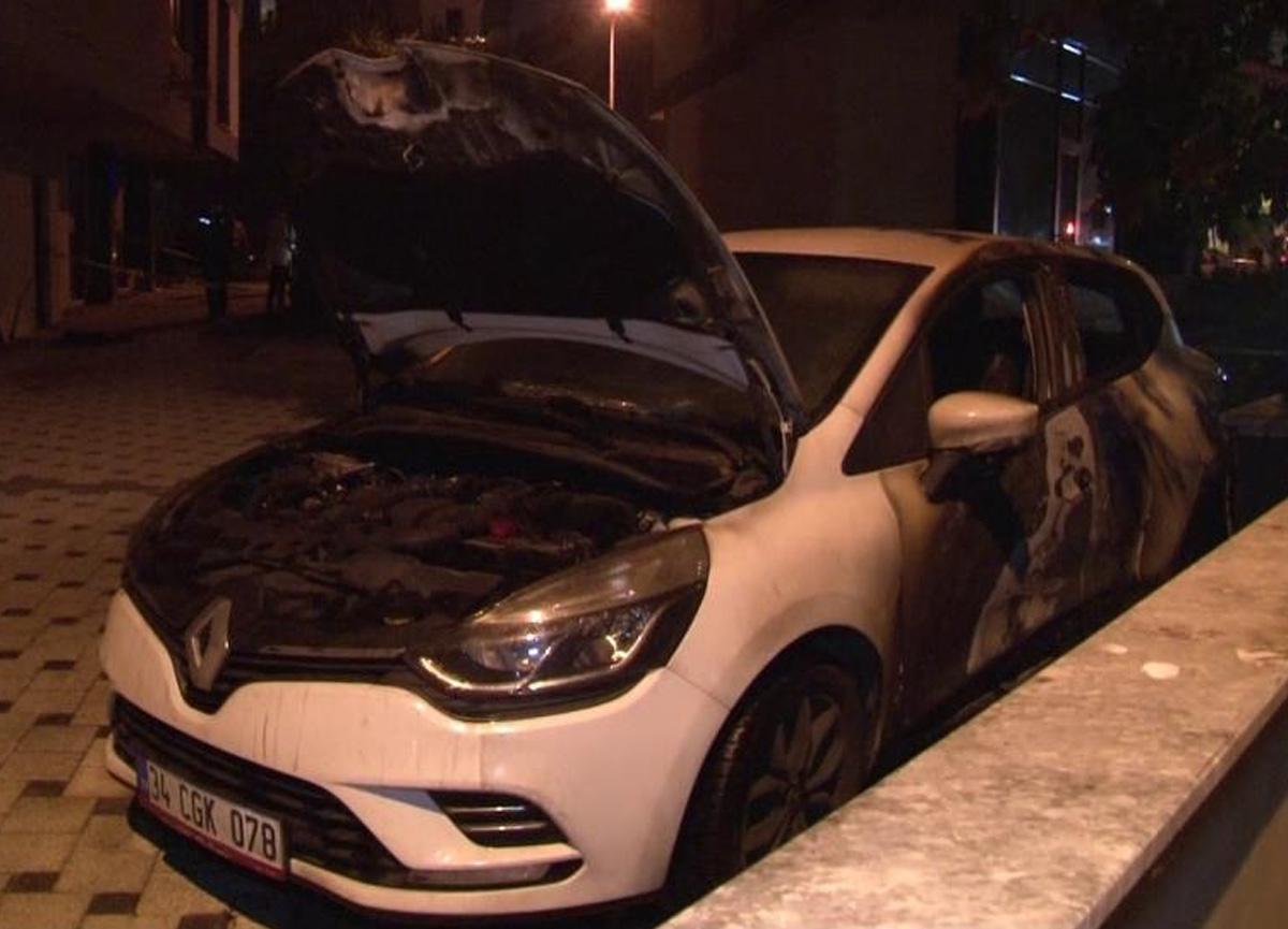 Kadıköy'de park halindeki 2 araç kullanılamaz hale geldi