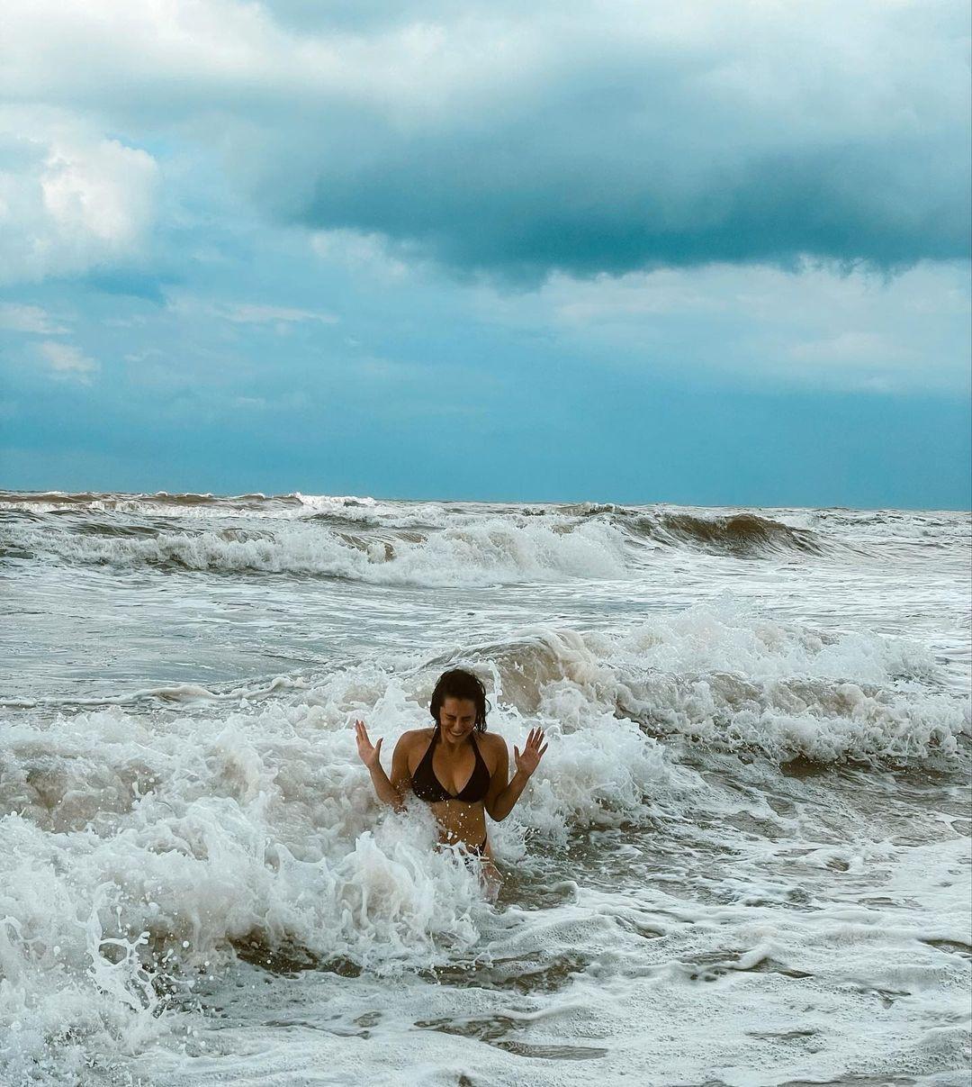Hande Doğandemir bikinili pozlarıyla sosyal medyayı salladı