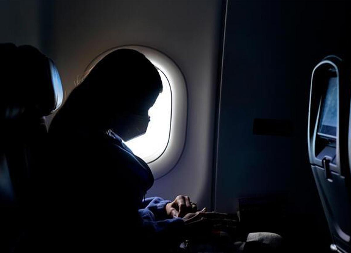 Koronavirüslü erkek, karısının kılığında uçağa bindi!