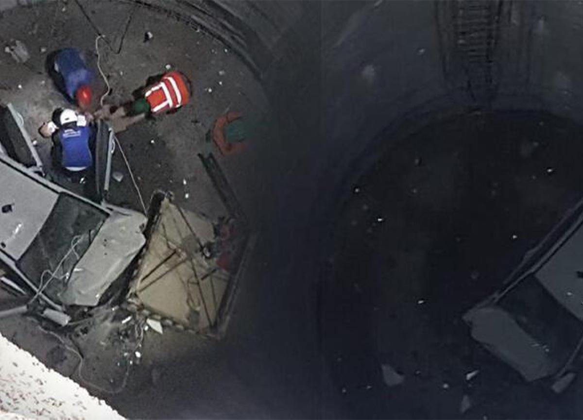 İzmir'de otomobil 25 metrelik metro kazısına düştü!