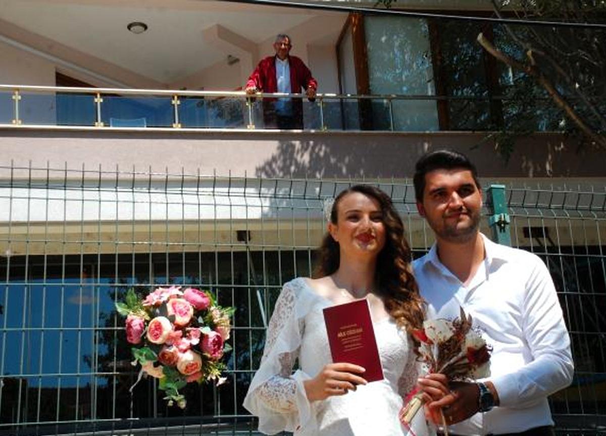 Karantinadaki belediye başkanı evinin balkonundan nikah kıydı