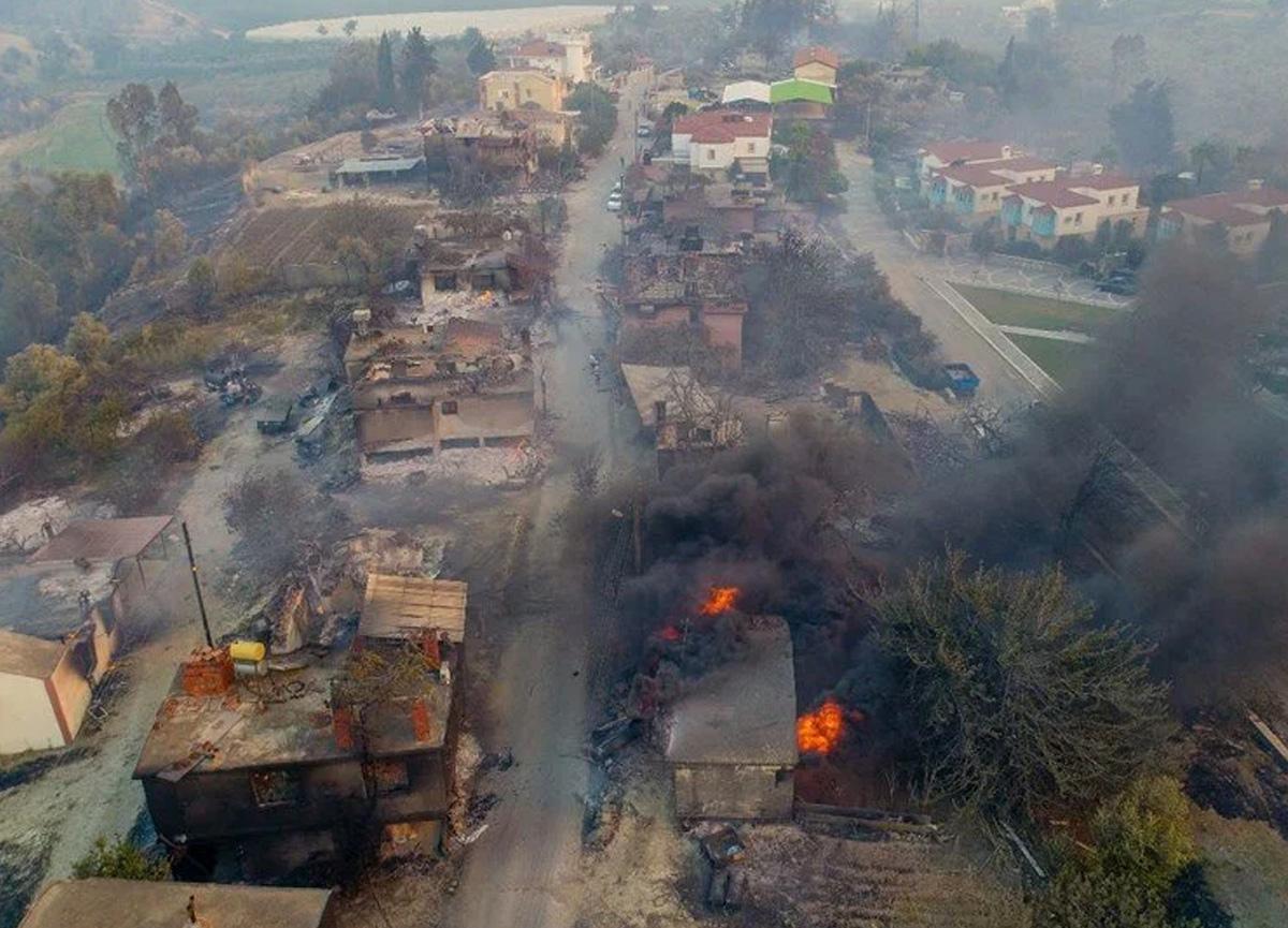 Manavgat'taki yangın evleri kül etti: Yürek yakan fotoğraflar...