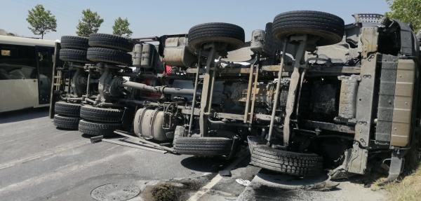 Arnavutköy'de beton mikseri devrildi, trafik durma noktasına geldi