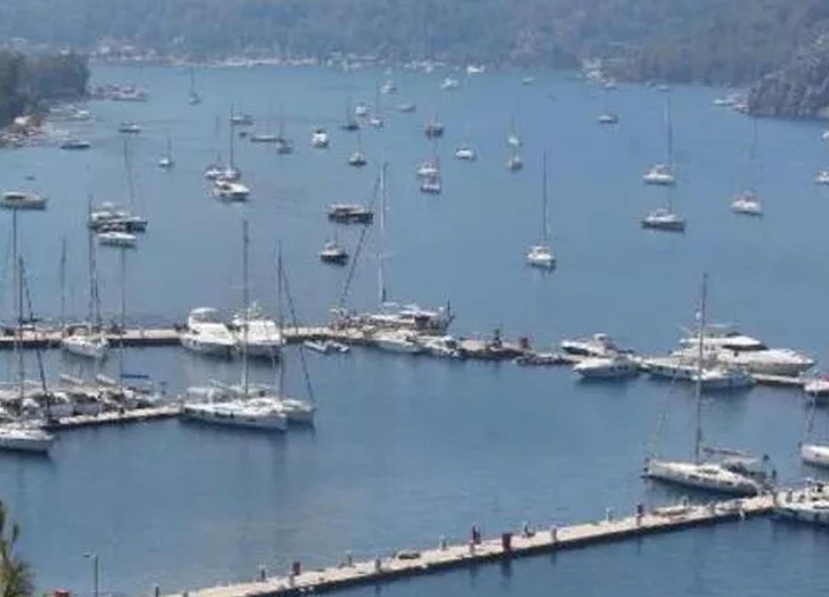 Marmaris'te alevler ilerliyor, marinadaki yatlar ve tekneler açığa demirlendi