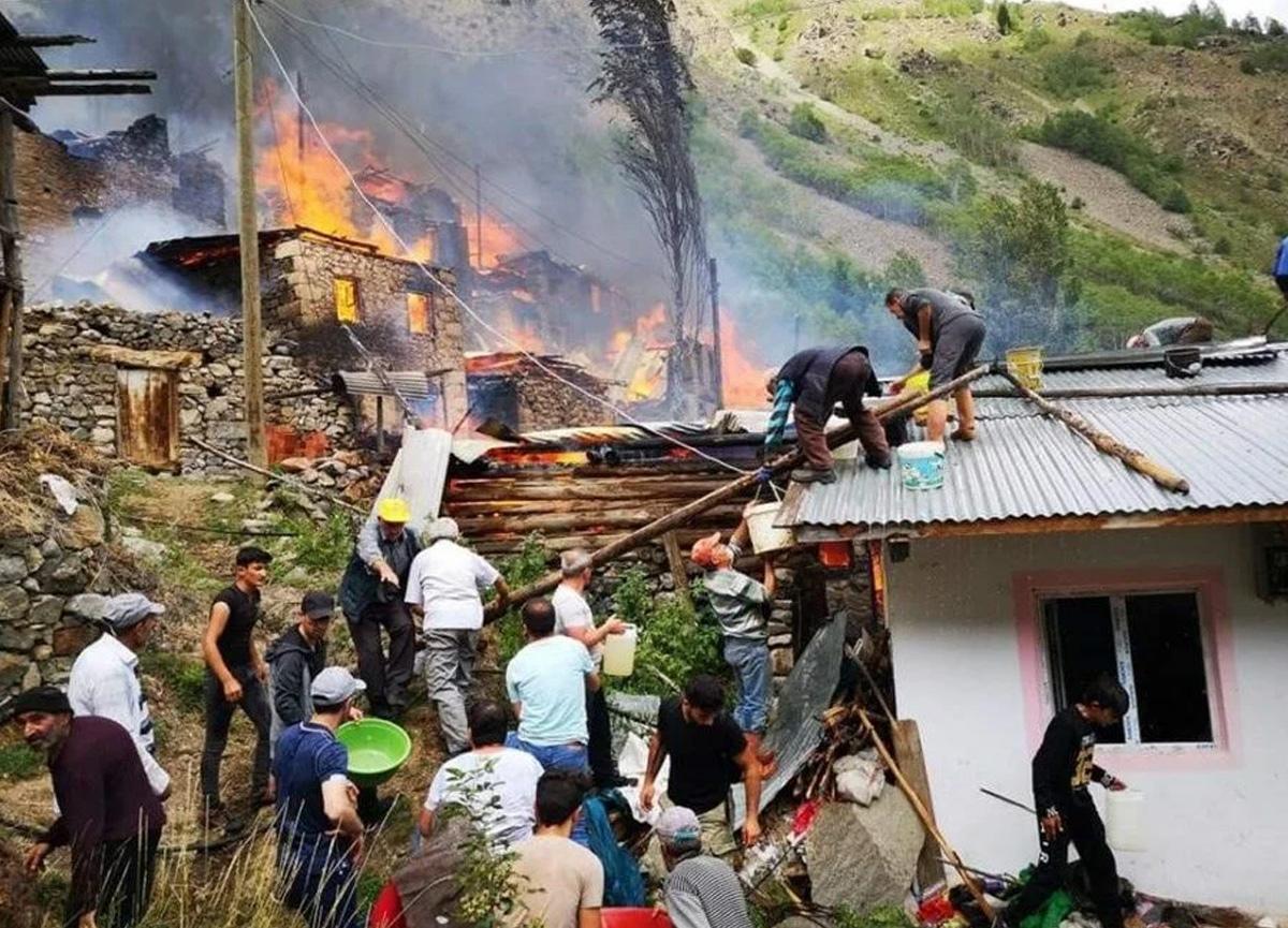 Artvin'de bir evde yangın çıktı: Alevler çevredeki ahşap evlere de sıçradı