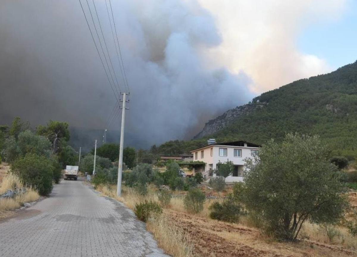 Muğla'da yangın devam ediyor! 2 mahalle tehlikede...
