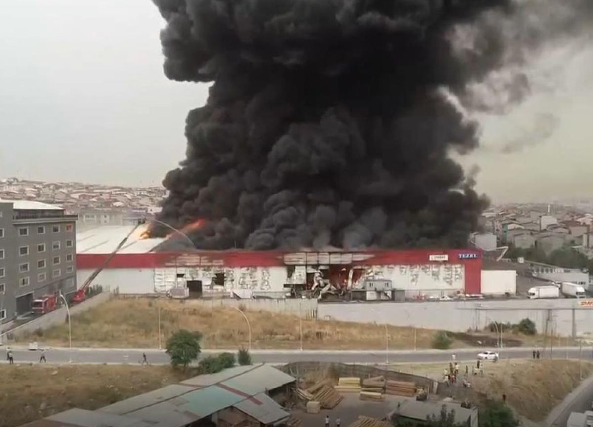 Esenyurt'ta fabrikada büyük yangın! Dumanlar çevre ilçelerden görülüyor