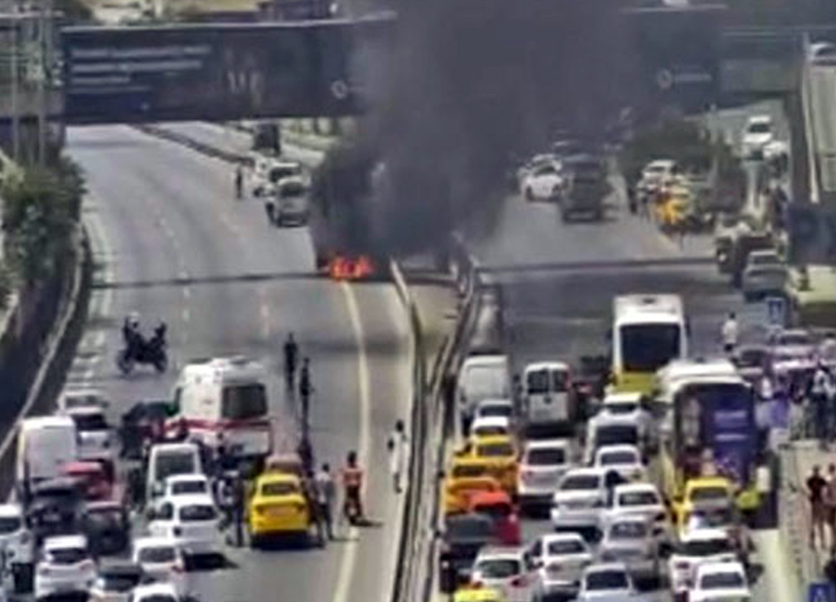 Ataşehir'de otomobil yandı! E-5 kapandı