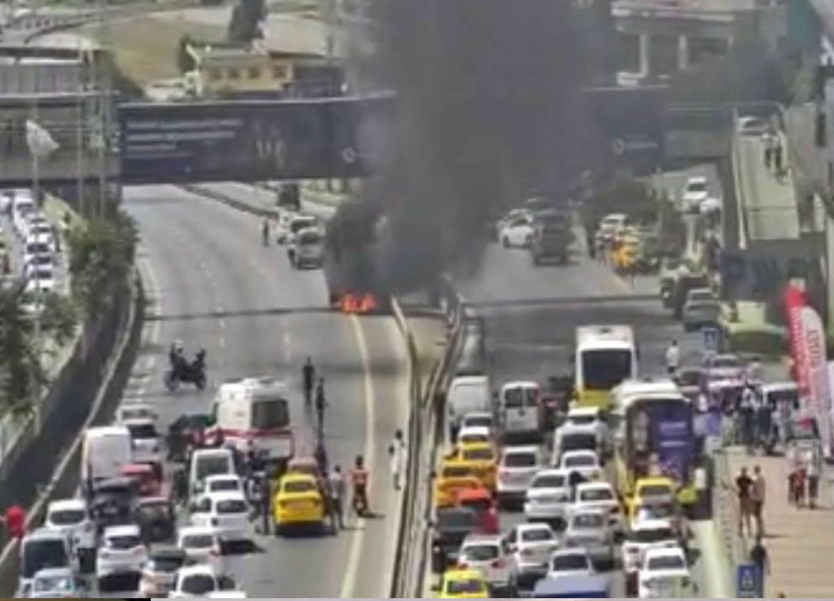 İstanbul'da D-100'ü kapatan olay! Cayır cayır yandı...