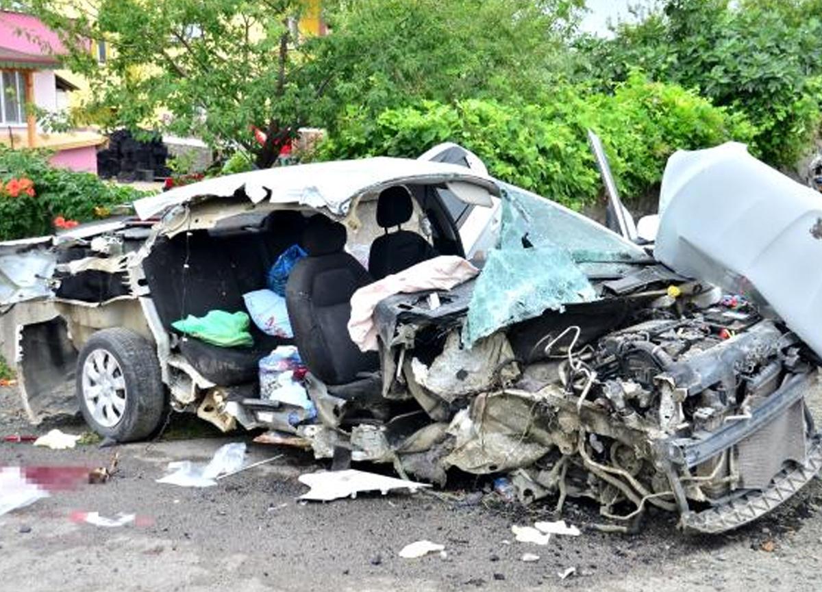 Kontrolden çıkan araç direğe çarptı, 1 kişi hayatını kaybetti!
