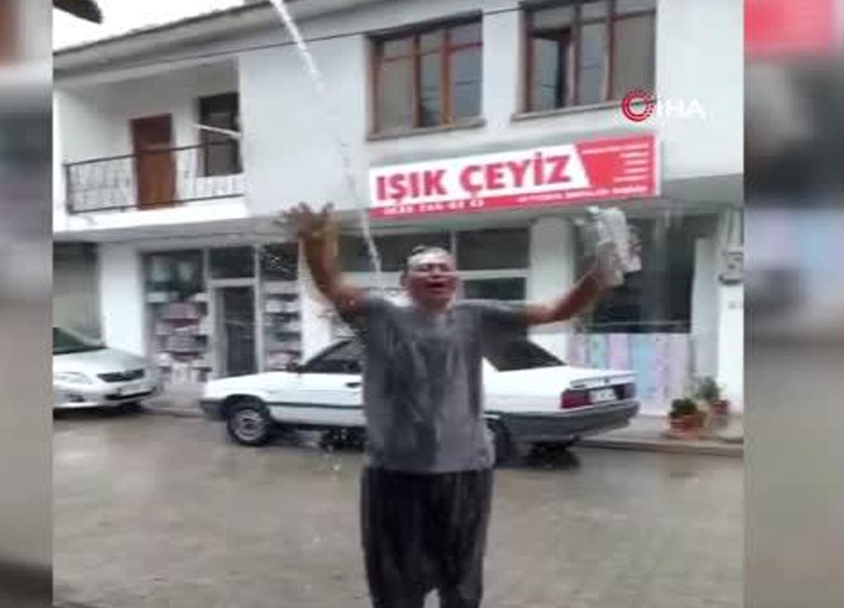 Ağustos'ta Adana'ya yağmur yağdı, sokakta duş alarak kutladı