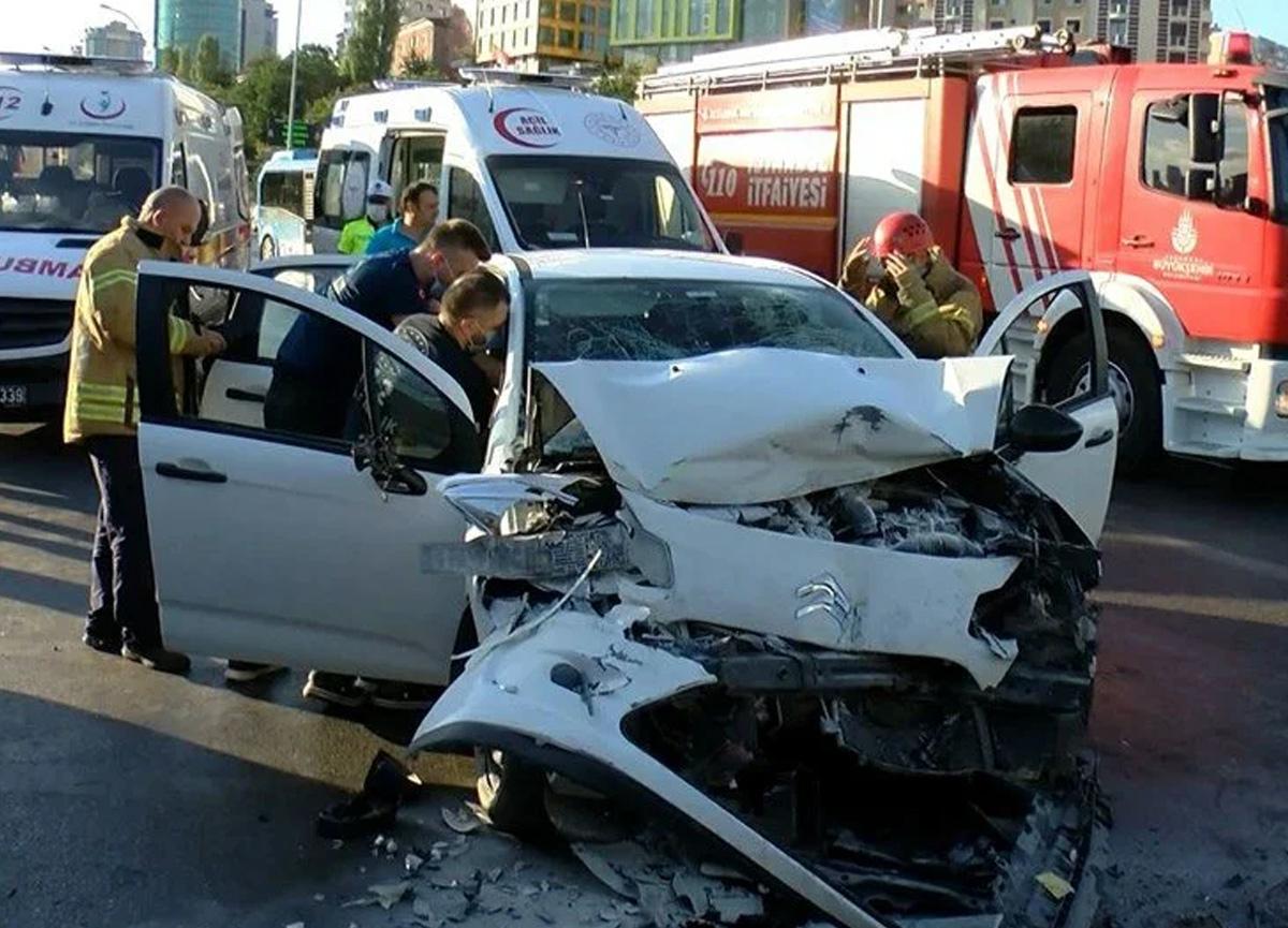 Ataşehir'de otomobil durakta bekleyen İETT otobüsüne çarptı