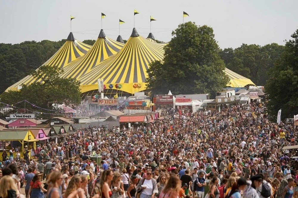 İngiltere'deki salgın deneme etkinliği Latitude Festivali'nde binden fazla Covid-19 vakası çıktı