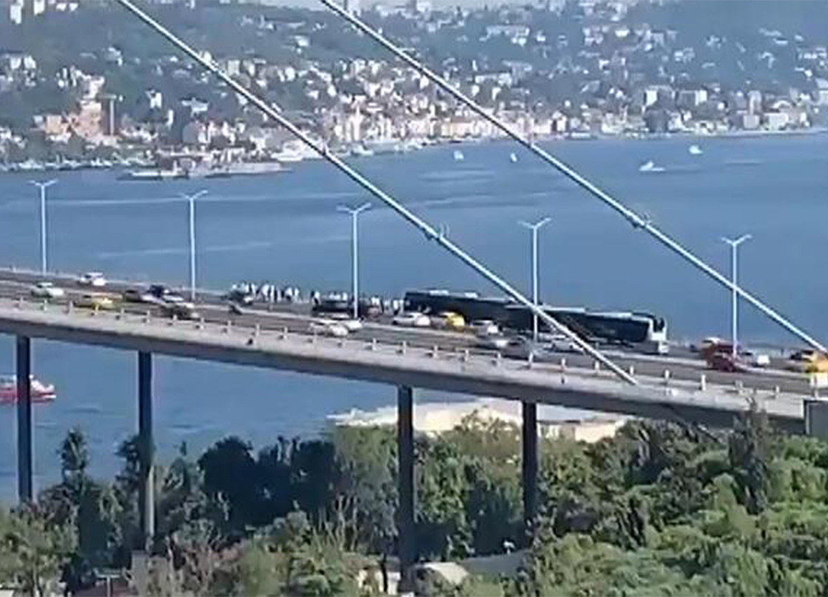 Köprüde metrobüs arızası! Trafiği kilitledi...