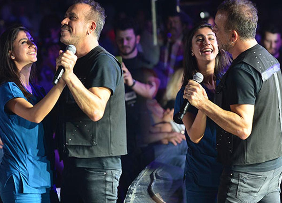 Bursa'da konser veren Haluk Levent, sağlık çalışanıyla dans etti