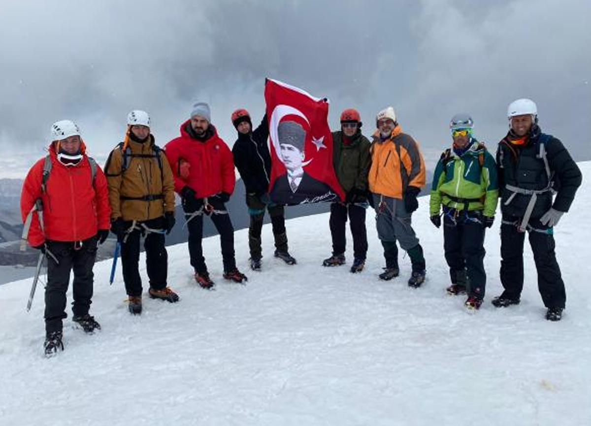 Gürcistan'daki Kazbek Dağı'nda Türk dağcılarından 'aşı ol' çağrısı