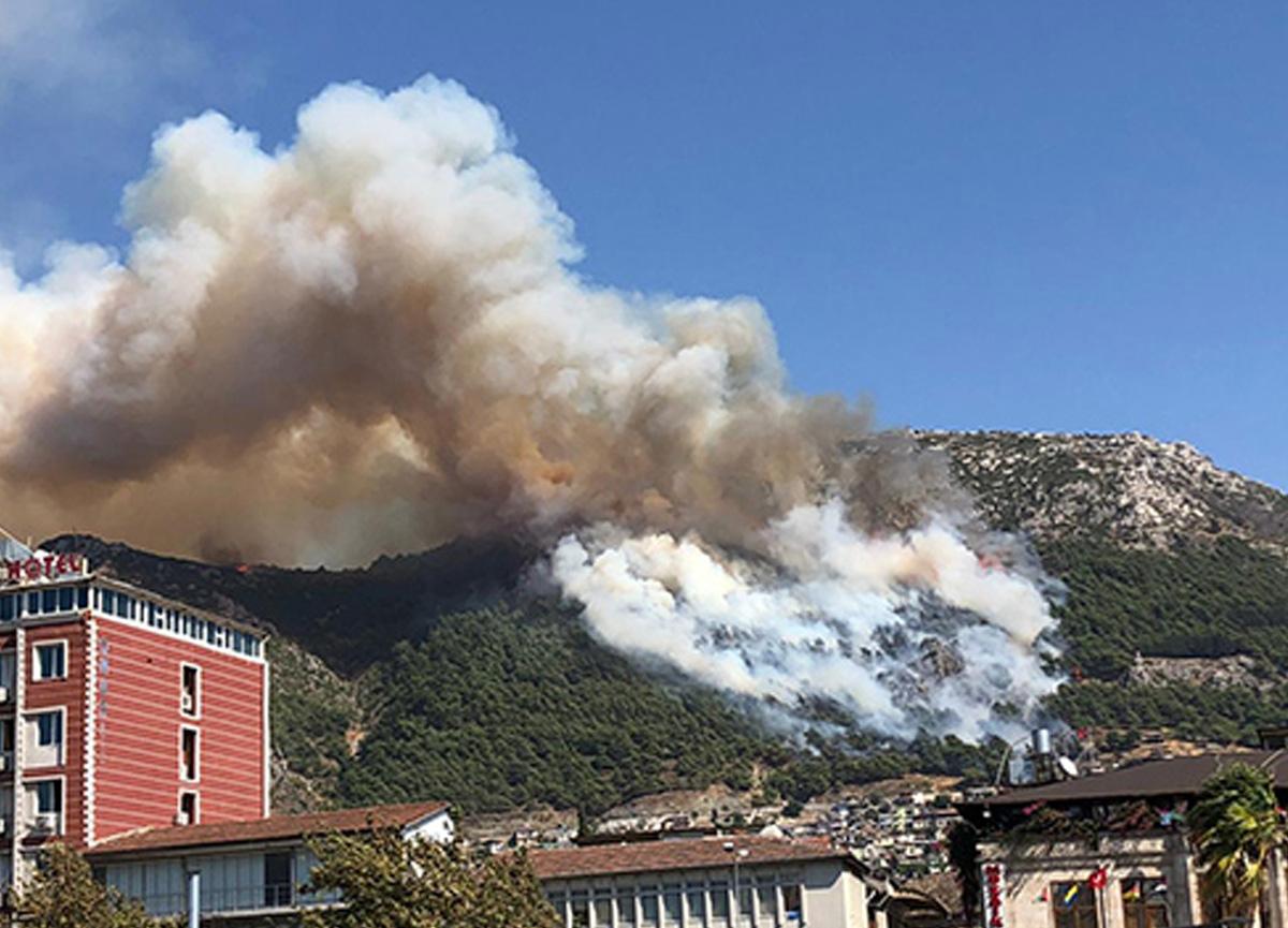 Hatay'da orman yangını! Ekipler yangına müdahale ediyor