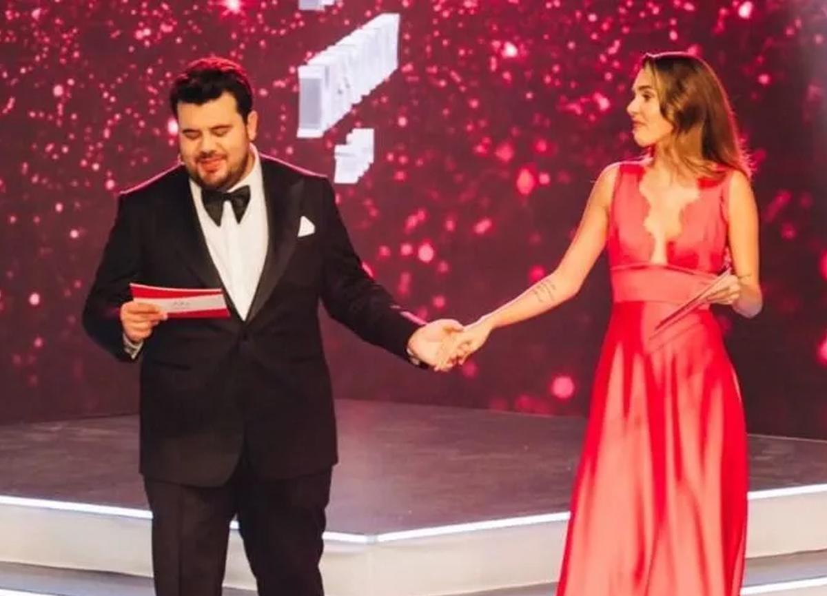 Miss Turkey 2021 finalinde Eser ve Berfu Yenenler arasında güldüren diyalog!