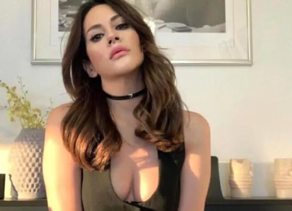 Şarkıcı Aynur Aydın'dan bornozlu paylaşım