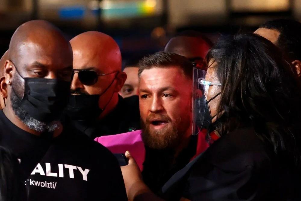 MTV Müzik Ödülleri töreninde Boksör Conor McGregor ile şarkıcı Machine Gun Kelly arasında kavga çıktı