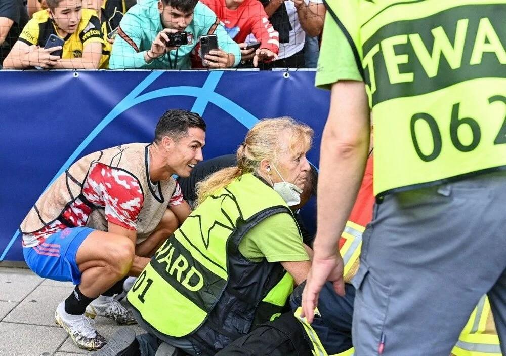 Cristiano Ronaldo maç öncesi yaraladığı saha görevlisi kadının yardımına koştu