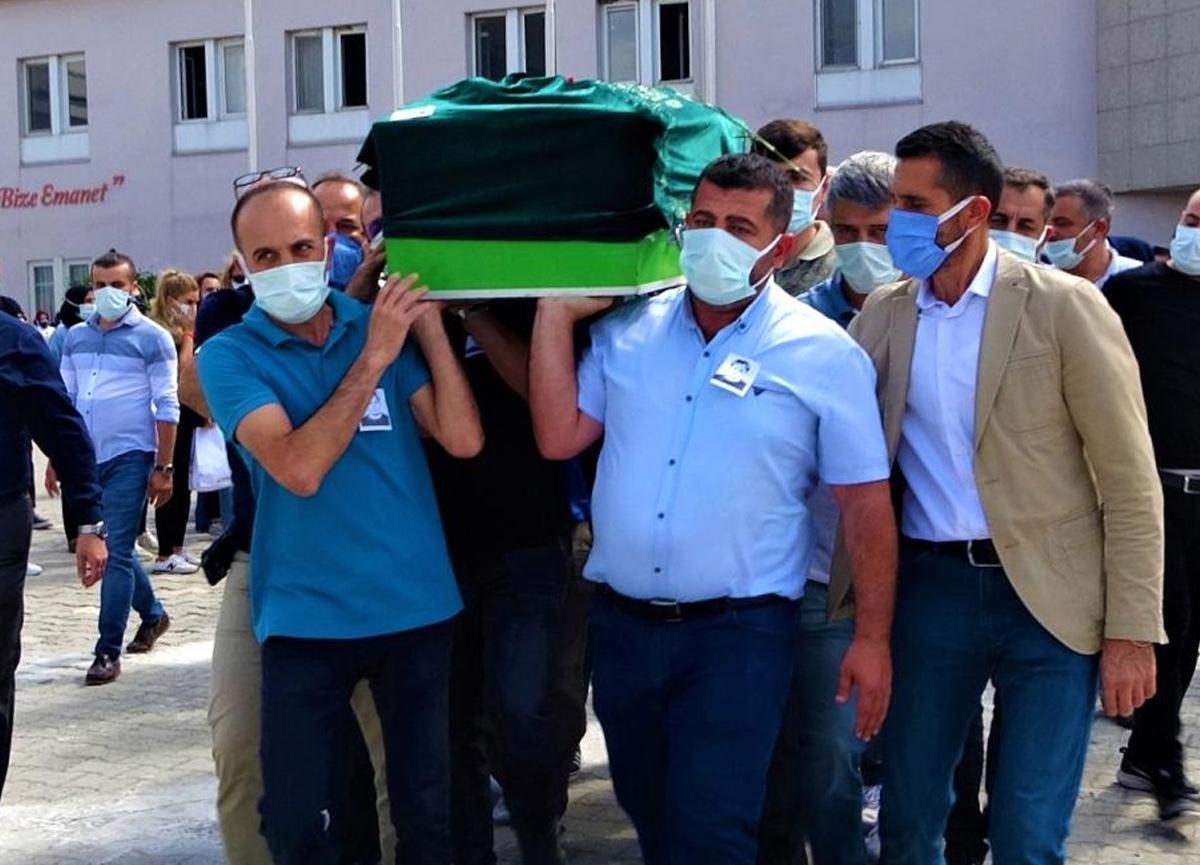 Koronavirüsten hayatını kaybeden doktoru meslektaşları böyle uğurladı!