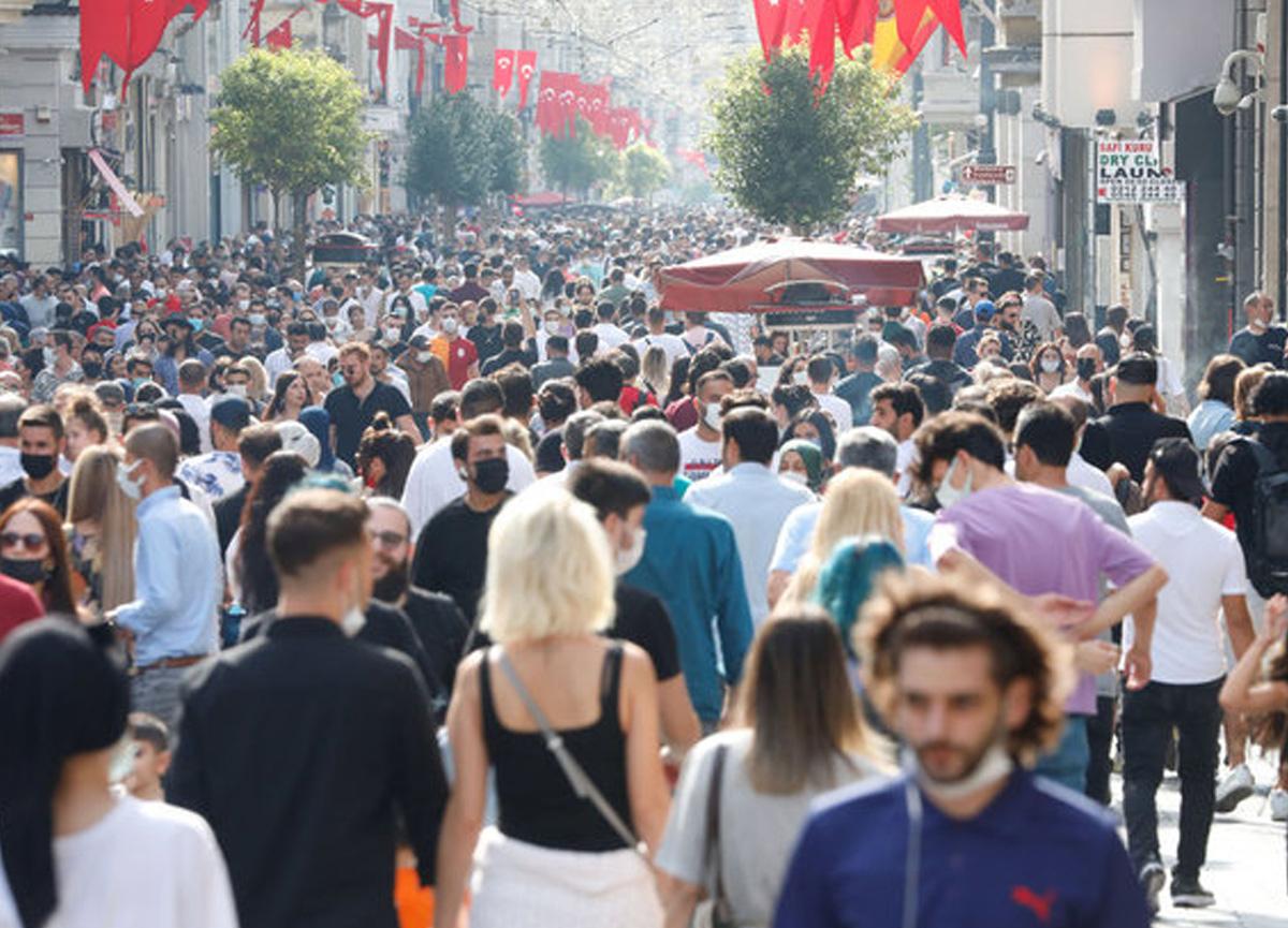 Taksim'de maskesiz ve mesafesiz yoğunluk