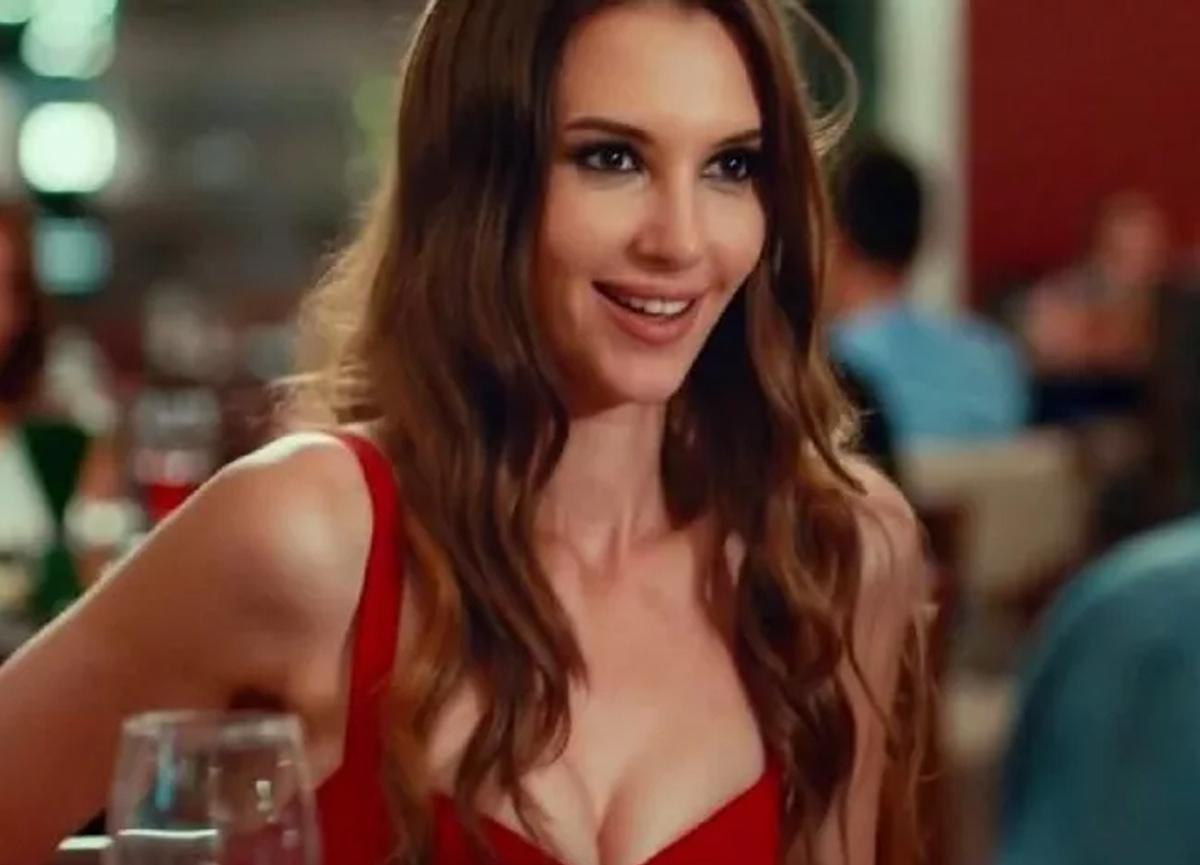 Oyuncu Leyla Lydia Tuğutlu, siyah bikinili pozlarıyla büyüledi