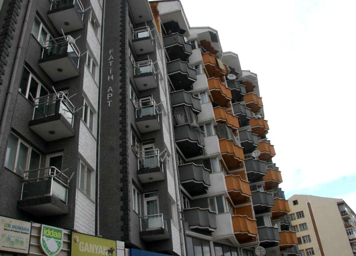 7. kattan düşen 17 yaşındaki kız ağır yaralandı