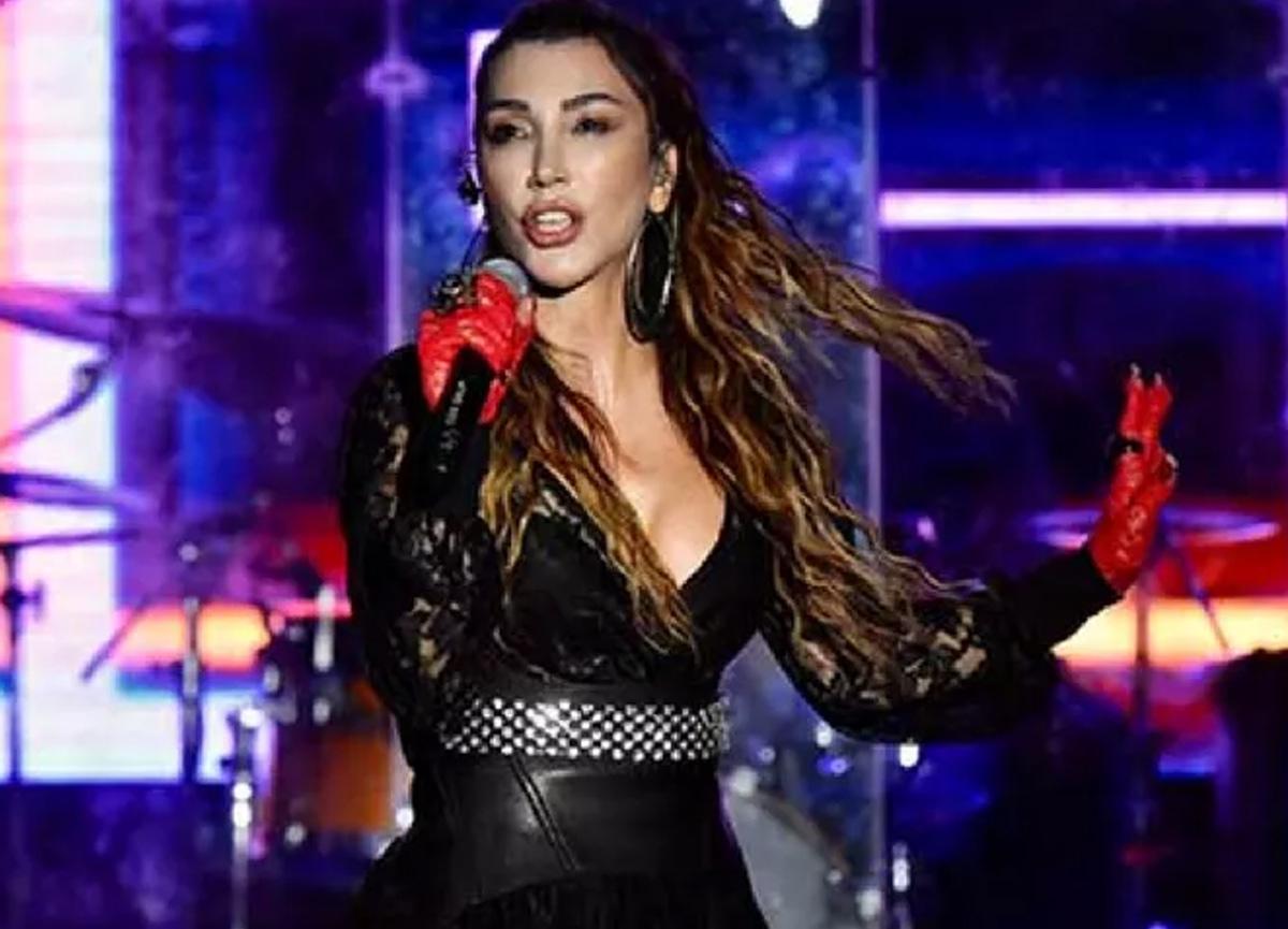 Hande Yener'in sahne kostümü ağızları açık bıraktı!