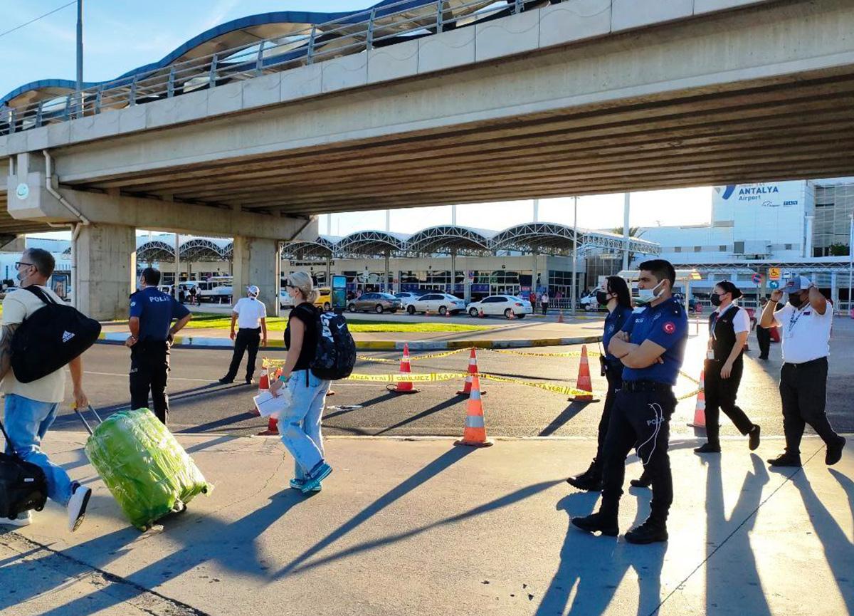 Antalya Havalimanı'nda dehşete düşüren olay! Finlandiyalı turist feci şekilde can verdi