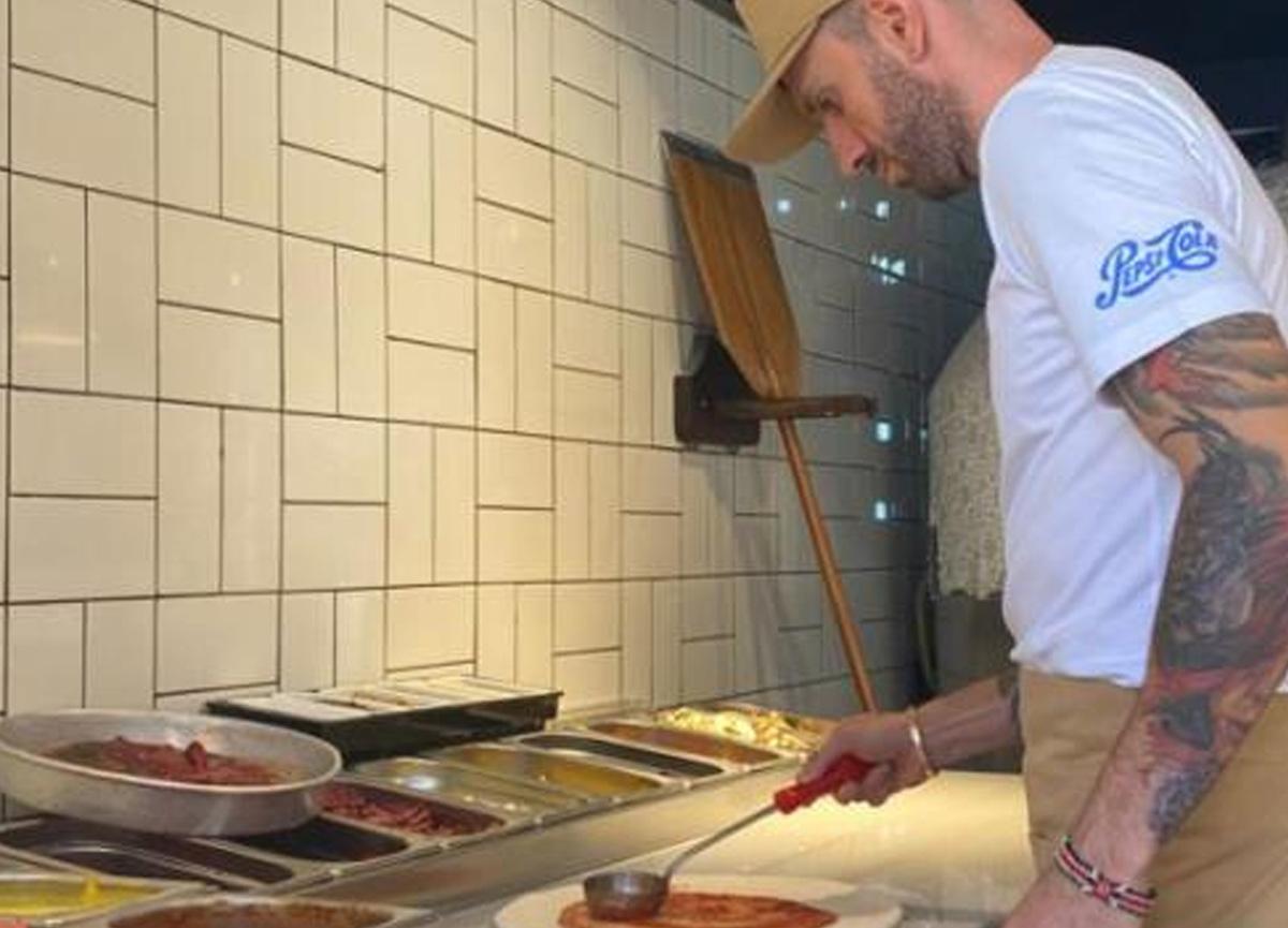Pizzacı açan dünya şampiyonu milli atlet Ramil Guliyev, hamurun başına geçti