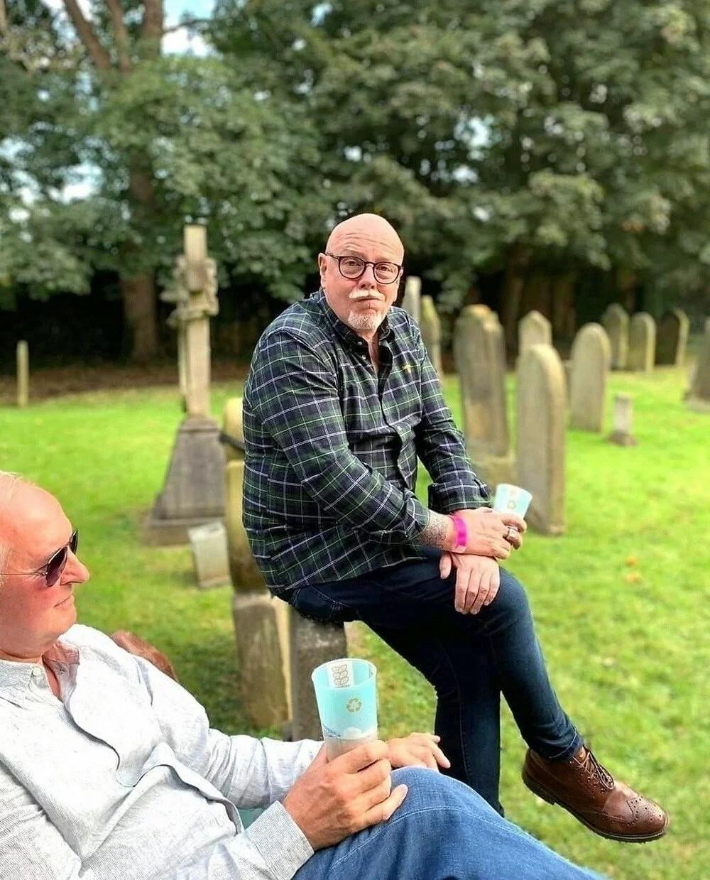 Mezarlıkta festivale tepki! Mezar taşları masa ve tabure oldu