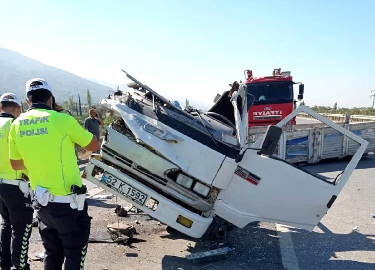 İkiye ayrılan kamyonetten sağ kurtuldu