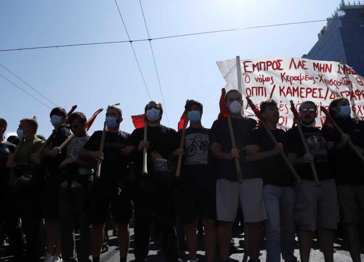 Yunanistan'da eli sopalı öğrenciler sokağa döküldü