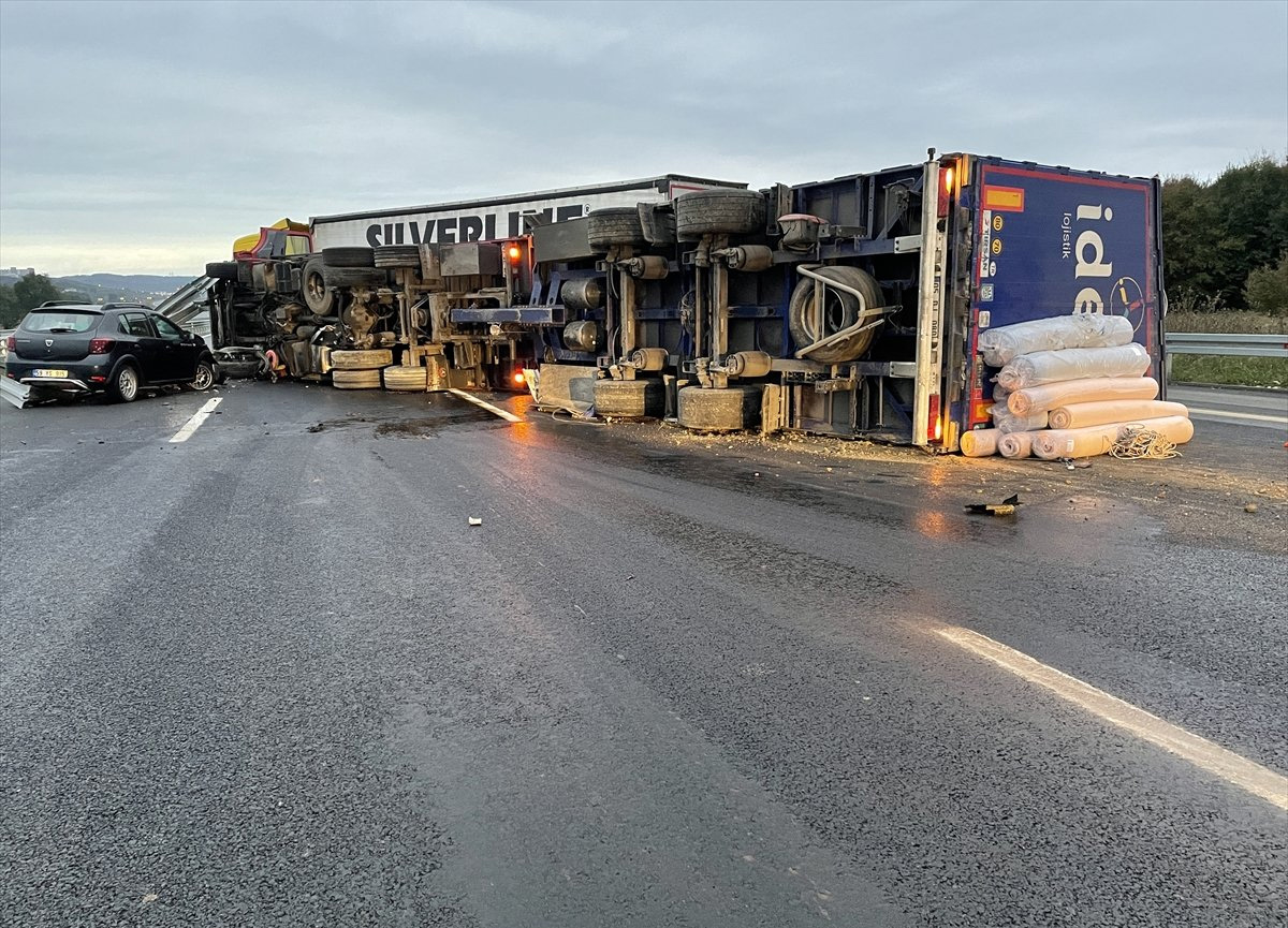 Kuzey Marmara Otoyolu'nda, kamyon devrildi
