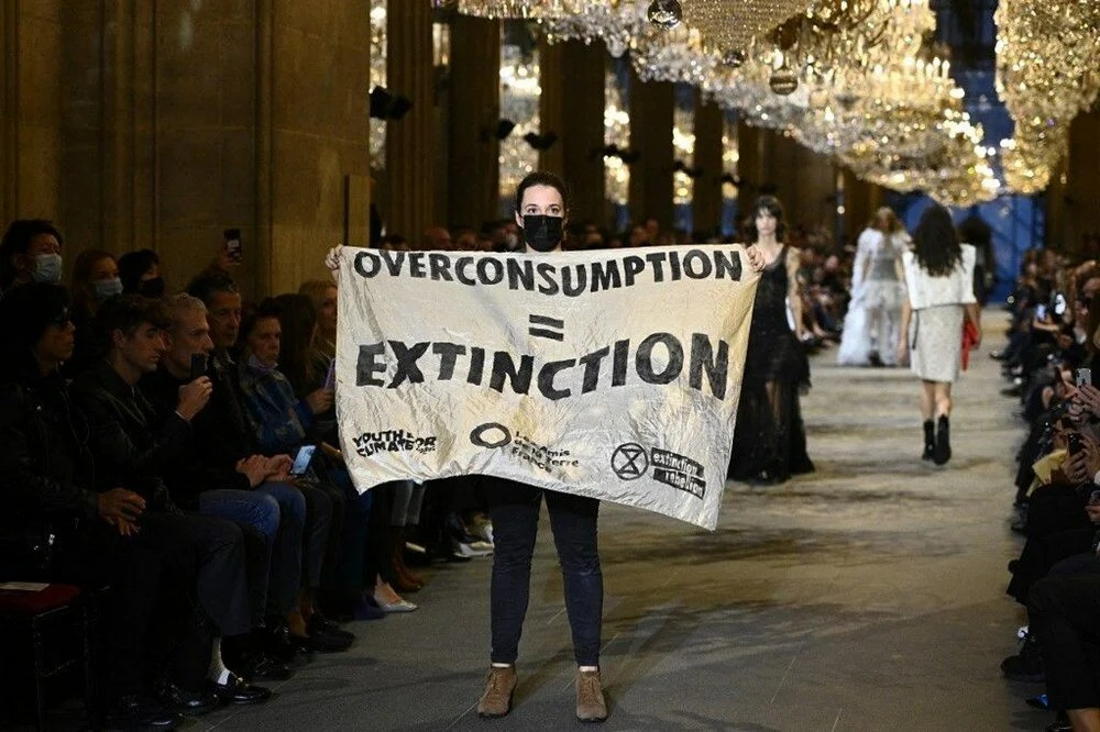 Louis Vuitton defilesinde protesto gösterisi