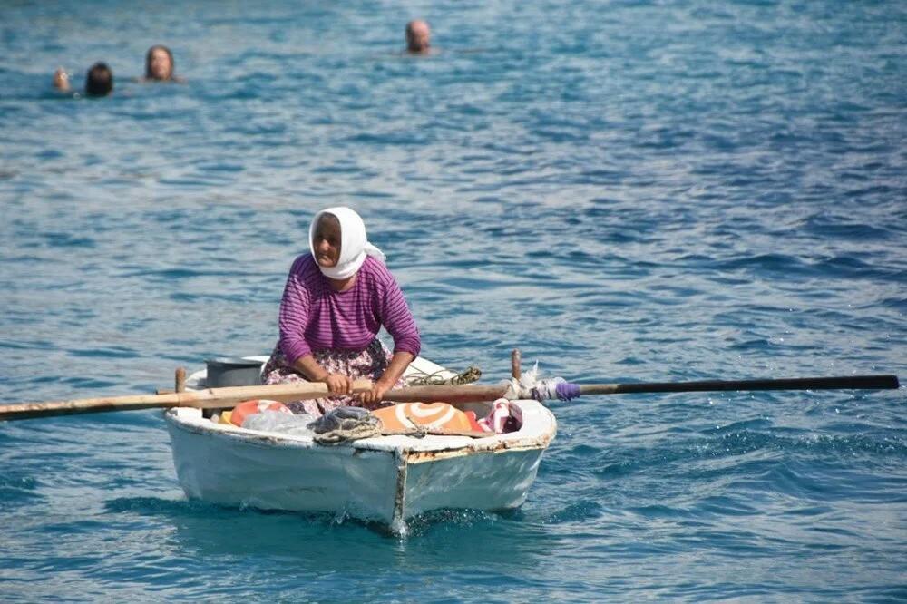 82 yaşında kayığına binip her gün denizde satış yapıyor