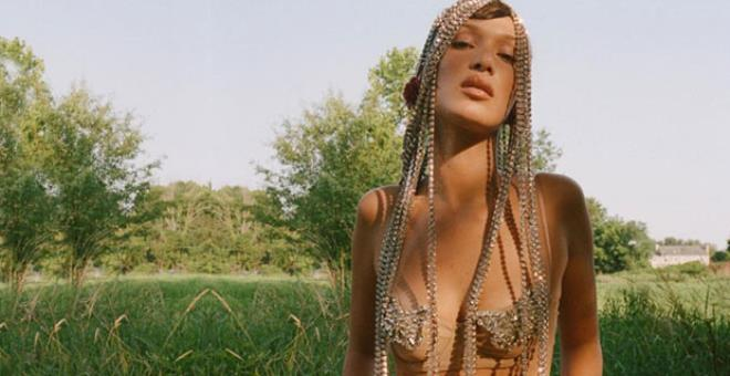 Bu kez samanlığa girdi! Güzeller güzeli model Bella Hadid'den sıra dışı pozlar