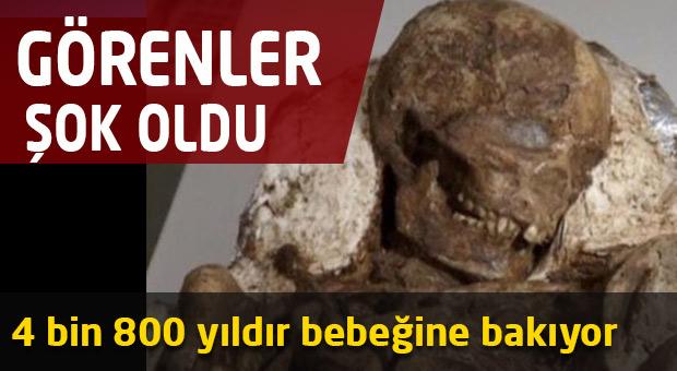 4 bin 800 yıldır bebeğine bakıyor