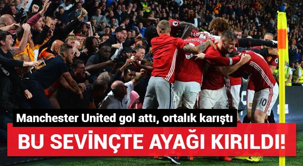 Manchester United taraftarı gole sevinirken ayağını kırdı!